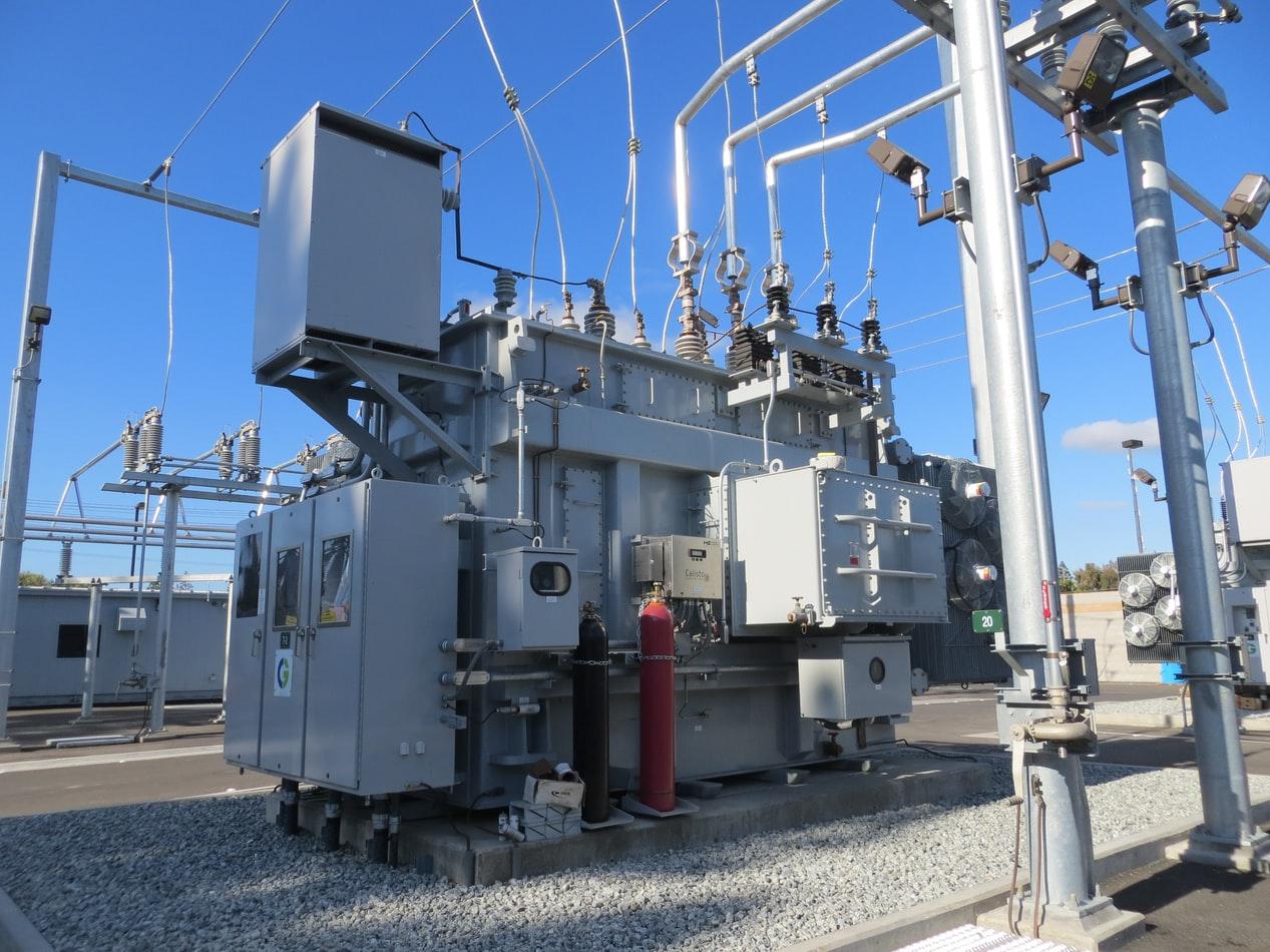 Как подразделяются установки по условиям электробезопасности